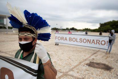 Indígenas protestam em Brasília por demarcação de terras em abril de 2021.