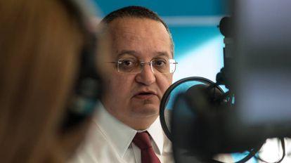 O governador Pedro Taques durante entrevista, em 2015.