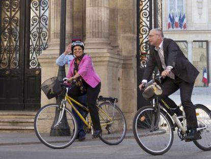 À esquerda, a ministra da Justiça da França, Christiane Taubira, sai de bicicleta com sua escolta do Eliseo de Paris, após visitar o presidente François Hollande.