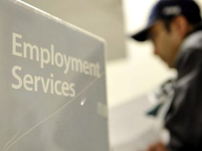 Um homem procura emprego em Nova York, EUA.