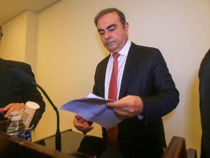 Carlos Ghosn (en el centro), expresidente de Nissan-Renault, antes de comenzar este miércoles su rueda de prensa en Beirut.