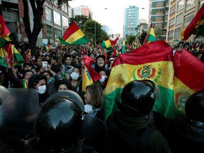 Um grupo de manifestantes protesta nesta terça-feira em La Paz.