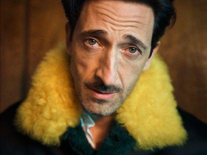 "Adrien Brody posa com casaco e camisa Louis Vuitton. ""Como ator, noto como cada roupa muda meu humor e o que eu transmito."""