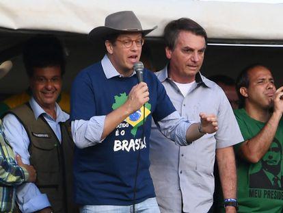 O ministro Ricardo Salles discursa ao lado de Bolsonaro diante de apoiadores do setor agrícola em Brasília, no domingo.