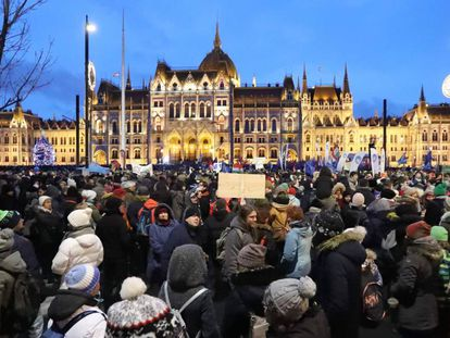 Manifestantes na praça Kossuth, em Budapeste, protestam neste sábado contra a 'lei da escravidão' do Governo de Orbán.