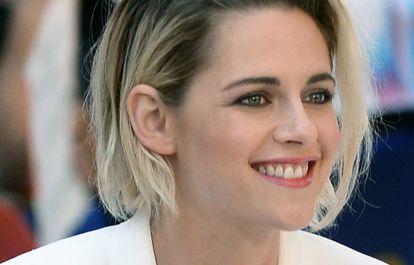 Kristen Stewart chega a um programa de televisão em Nova York.