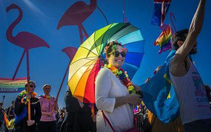 Participantes da parada do Orgulho Gay 2014 em Reikjavik (Islândia).