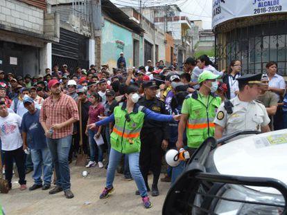 Dezenas de voluntários esperam sua vez para entrar na área devastada