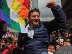 """-FOTODELDIA- AME6359. LA PAZ (BOLIVIA), 29/01/2020.- El candidato a presidente por el partido de Evo Morales, Luis Arce, es llevado a hombros por seguidores tras prestar declaración ante la Fiscalía este miércoles, en La Paz (Bolivia). Arce, denunció este miércoles en Bolivia que su inclusión en un proceso judicial por supuesta corrupción obedece a un interés """"político"""" para perjudicar a su candidatura hacia las elecciones. """"Esto es eminentemente político contra nuestra candidatura"""", advirtió tras acudir a declarar a la Fiscalía en La Paz. EFE/ Martín Alipaz"""