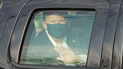 Donald Trump cumprimenta seus partidários fora do hospital Walter Reed Medical Center em Bethesda, Maryland.