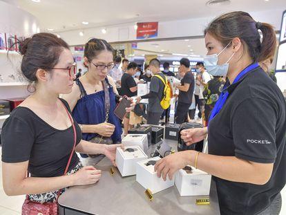 Duas clientes em uma loja da Huawei em Haikou, na China.