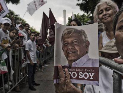 Seguidores de López Obrador aguardam sua chegada durante um comício em Jalisco.