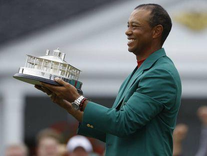 Woods posa com o troféu e a jaqueta verde de campeão, neste domingo em Augusta.