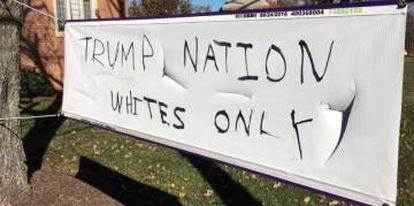 """""""Nação Trump. Só brancos"""", diz a faixa na Igreja Episcopal do Nosso Salvador em Silver Spring."""