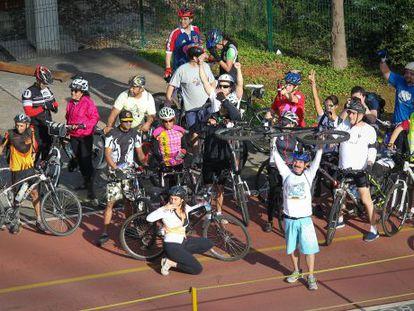 Ciclistas se manifestam a favor de uma ciclovia em São Paulo.