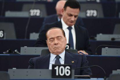 Berlusconi espera a votação do novo presidente do Parlamento Europeu em Estrasburgo.