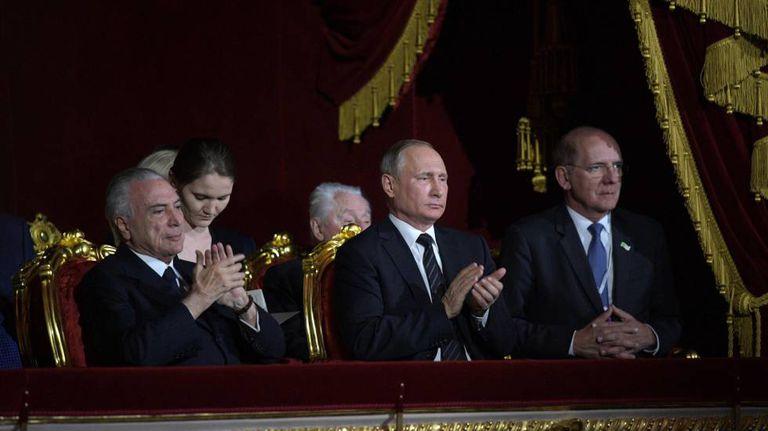 Temer e Putin, nesta segunda-feira no Teatro Bolshoi de Moscou.
