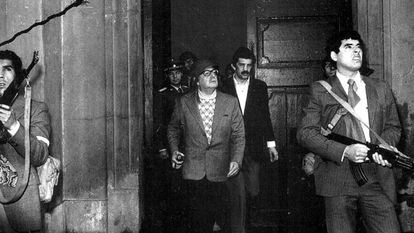 O presidente Salvador Allende (centro), ladeado por guarda-costas, no Palácio de Moneda no dia do golpe.