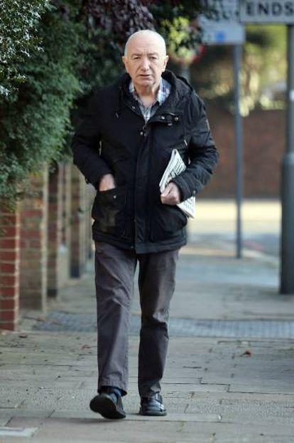 John Deacon passeia por seu bairro, na zona sudeste de Londres, numa imagem recente.