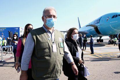 O ministro da Saúde, Marcelo Queiroga, recebe as vacinas da Jansen doadas pelos EUA no dia 25 de junho em Campinas.