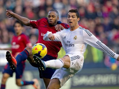 Loties e Cristiano brigam pela bola em Pamplona.