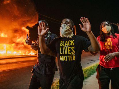 Manifestantes na segunda noite de protestos em Kenosha, Wisconsin, contra operação policial.