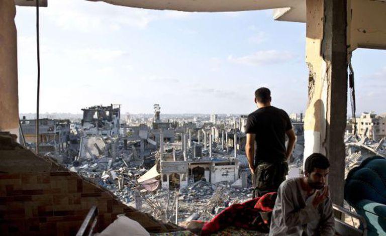 Hamad e Mohammed nos destroços de seu apartamento em Gaza.