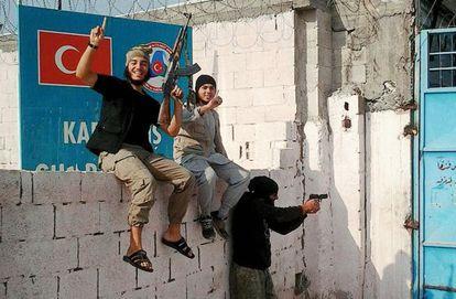 Anis viajou no ano passado da Bélgica sem o consentimento dos pais. A imagem foi publicada pelo jovem (à esquerda) em sua conta no Twitter durante sua estadia na Síria.
