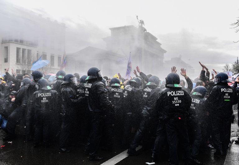 Polícia alemã lança jatos d'água em uma manifestação violenta de grupos contrários às restrições impostas em decorrência da pandemia de coronavírus. Berlim, Alemanha, 18 de novembro de 2020.