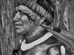 Tsaná, cantante de música tradicional de Alto Xingu, un don que heredó de su padre, el maestro Tagukagé; con el cuerpo pintado de urucum, lleva un collar de conchas de caracol.