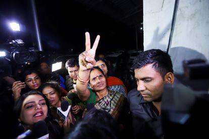 Asha Devi, mãe de Nirbhaya, comemora a execução dos estupradores e assassinos de sua filha na sexta-feira em Nova Délhi.