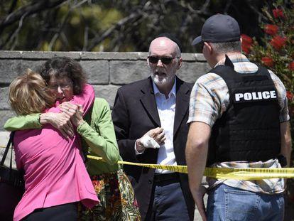 Mulheres se abraçam no exterior da sinagoga Chabad, em Poway, Califórnia.