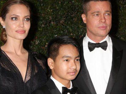 Brad Pitt, Angelina Jolie e um de seus filhos, Maddox.