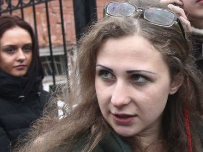 María Aliójina deixando a prisão em Nizhny Novgorod.