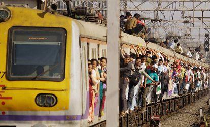 Passageiros de um trem de subúrbio em Mumbai
