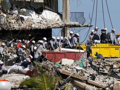Operários procuram desaparecidos entre os escombros da Camplain Towers South, nesta segunda-feira, em Miami.