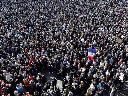 Milhares de pessoas se reúnem no centro de Toulouse neste domingo para protestar contra o ataque islâmico que matou, na sexta-feira, o professor Samuel Paty.