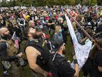 Seguidores de a pie de Trump y Proud Boys en un evento de afirmación blanca en las afueras de Portland.