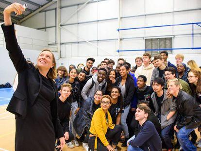 A nova secretária para solidão Tracey Crouch faz um selfie no lançamento do Serviço Nacional ao Cidadão (NCS em sua sigla em inglês) na Academia Harris, em Beckenham.
