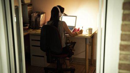 Uma mulher trabalha remotamente para sua empresa.