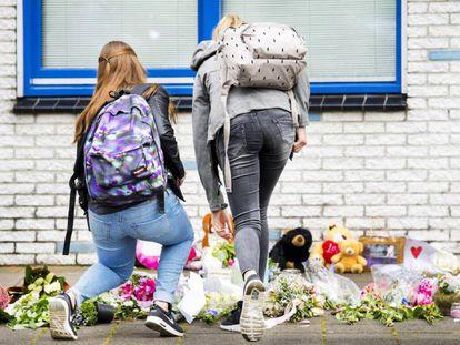 Estudantes deixam homenagens a Savannah Dekker, uma das duas meninas assassinadas.