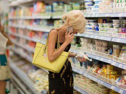 Uma russa em um supermercado de produtos importados.