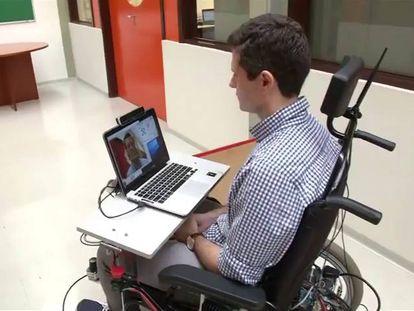 O criador da cadeira, Paulo Gurgel, faz uma demonstração.