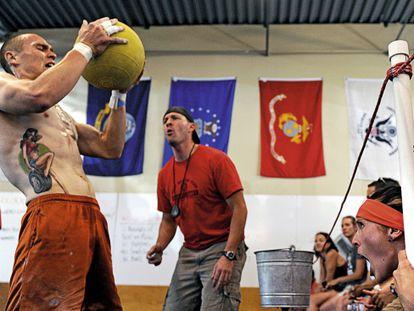 Exercícios de atletismo, ginástica e halterofilia compõem a base deste esporte.