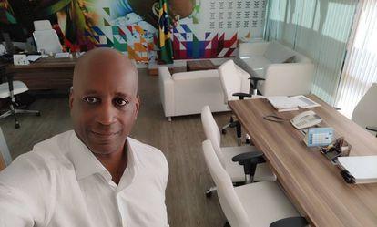 Sergio Camargo em seu escritório na Fundação Palmares.