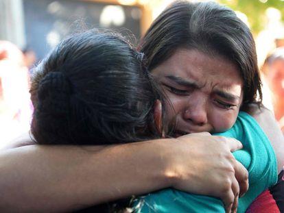 Cortez abraça a sua mãe, depois de sair da prisão.
