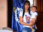 Pamela Gabrielle e o filho de Eros Dátilo, torcedor do Cruzeiro morto no Mineirão.