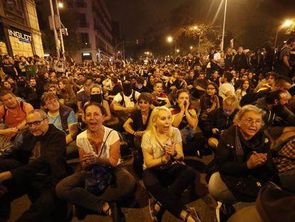 Manifestantes protestam sentados.