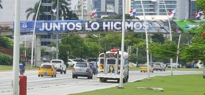"""Cartaz de """"Juntos o fizemos"""" nas ruas da Cidade do Panamá, em comemoração à abertura do Canal ampliado."""