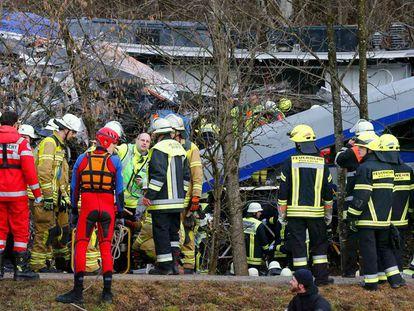 Equipes de resgate no local do acidente.